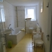 Badezimmer mit Wanne und Echtglas-Runddusche